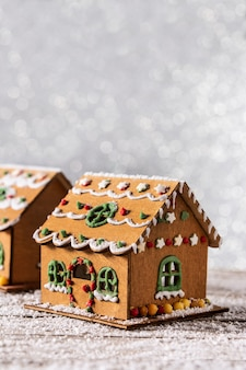 Kerst peperkoek huis op witte glitter achtergrond