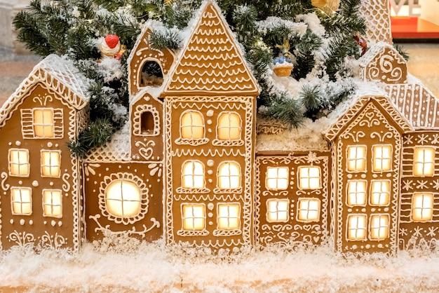 Kerst peperkoek huizen met licht uit de ramen staan op een rij vakantie achtergrond