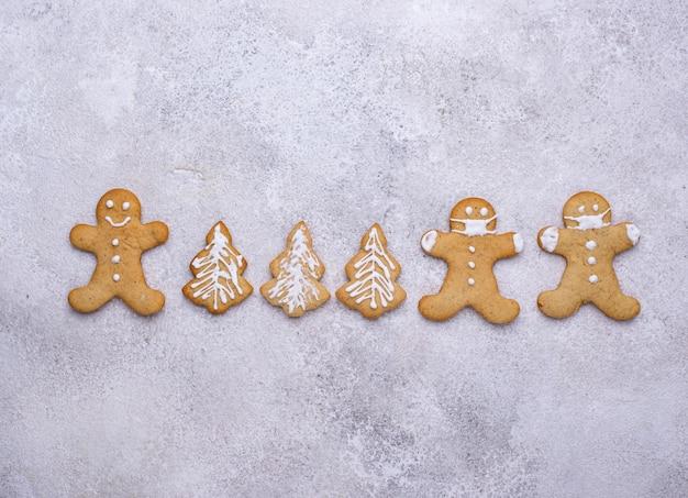Kerst peperkoek koekjes man in gezichtsmaskers. sociale afstand concept