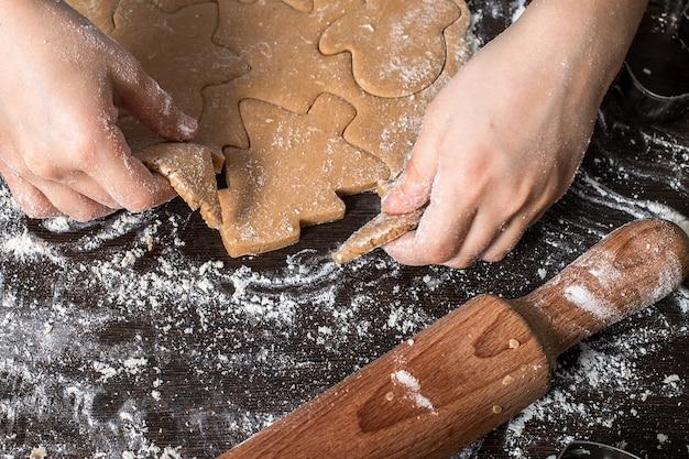 Kerst peperkoek koken en decoreren. eigengemaakte gingerbre