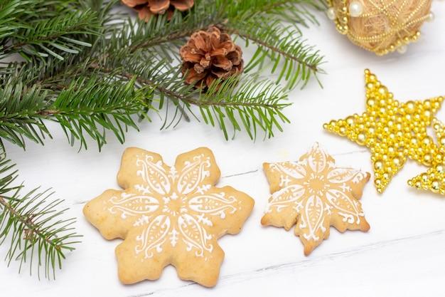 Kerst peperkoek sneeuwvlokken liggen op een witte houten tafel