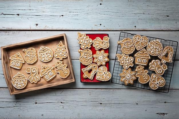 Kerst peperkoekkoekje op houten tafel