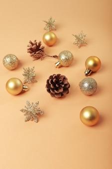 Kerst plat lag in alle goud met kerstballen