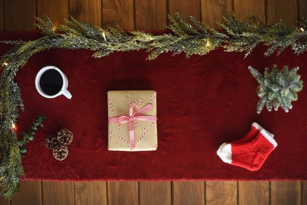 Kerst plat lag met cadeau op houten tafel en decoratie