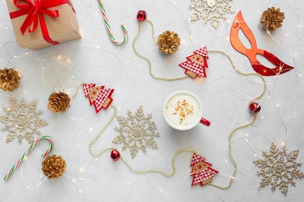 Kerst plat lag met kopje koffie en decoraties.