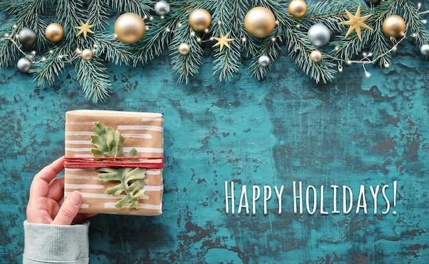 Kerst plat lag op turkoois hout, tekst happy holiday