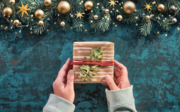 Kerst plat lag op turkoois hout