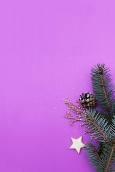 Kerst plat lag samenstelling met sparren en gouden twijgen