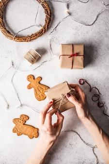 Kerst plat met geschenkdozen, slinger en gemberkoekjes