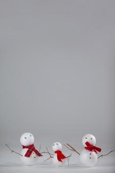 Kerst poppen op een grijze achtergrond