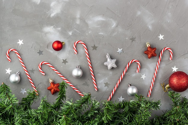 Kerst rand van candy cane rode en zilveren ballen sterren. nieuwjaar viering concept met fir tree