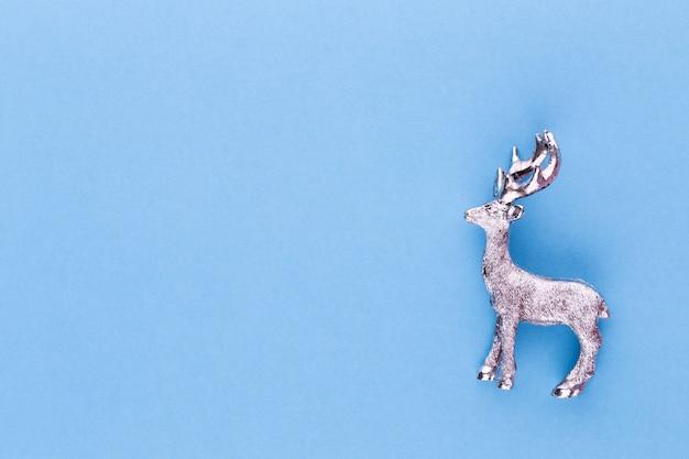 Kerst rendieren op pastel kleur achtergrond. minimaal concept voor kerstmis of nieuwjaar.