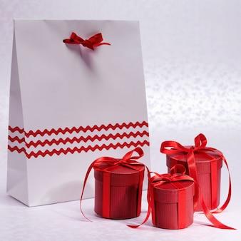 Kerst rode dozen voor geschenken gebonden strikken met papieren zak Premium Foto
