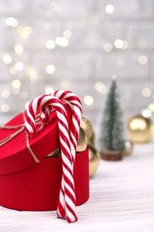 Kerst rode geschenkdoos decoratie met candy canes op bokeh