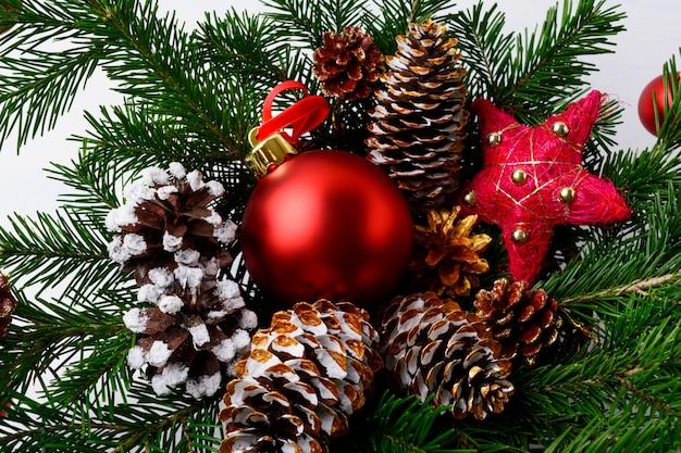 Kerst rode ornamenten, gouden dennenappels en rustieke ster