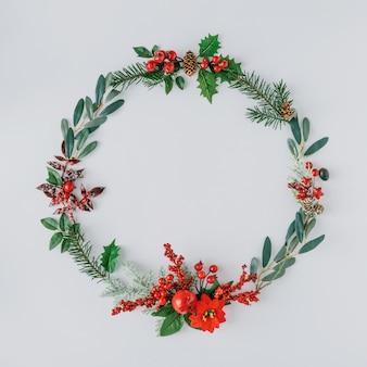 Kerst rond frame gemaakt van natuurlijke winterdingen.