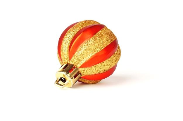 Kerst ronde speelgoed geïsoleerd op een witte achtergrond. rood gestreepte ballon