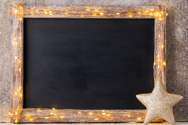 Kerst rustieke achtergrond - vintage planked hout met verlichting en kerstversiering.