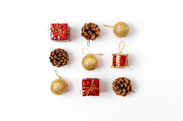 Kerst samenstelling. ansichtkaart, sparrentakken, rode en groene decoraties. plat lag, bovenaanzicht