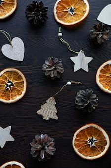Kerst samenstelling bovenaanzicht plat lag arrangement van droge sinaasappelen