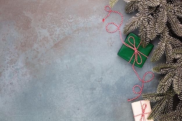Kerst samenstelling fir boomtakken, ster ornamenten op blauwe achtergrond