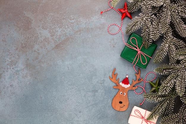 Kerst samenstelling fir boomtakken, ster ornamenten op blauwe achtergrond.