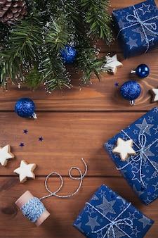 Kerst samenstelling. geschenken, fir tree takken, blauwe decoraties op houten. kerstmis, winter, nieuwjaar vakantie concept. plat leggen, bovenaanzicht, kopie ruimte