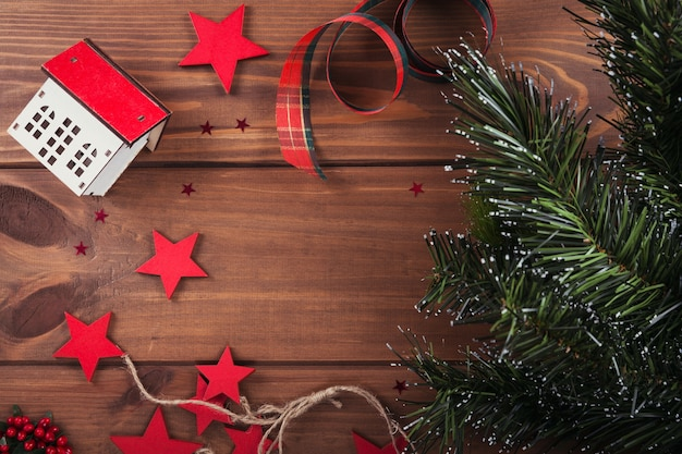Kerst samenstelling. geschenken, fir tree takken, rode decoraties op een houten. kerstmis, winter, nieuwjaar vakantie concept. plat leggen, bovenaanzicht, kopie ruimte
