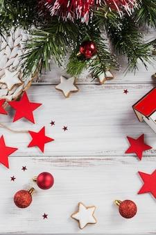 Kerst samenstelling. geschenken, fir tree takken, rode decoraties op wit houten. kerstmis, winter, nieuwjaar vakantie concept. plat leggen, bovenaanzicht, kopie ruimte