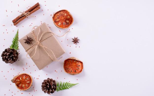 Kerst samenstelling. giftdoos, sparrentakken en decoratie op wit