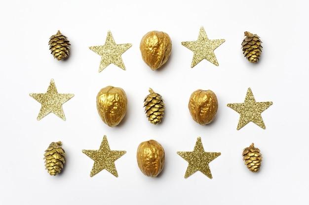 Kerst samenstelling. gouden kerstversieringen op lichte achtergrond. bovenaanzicht, plat gelegd