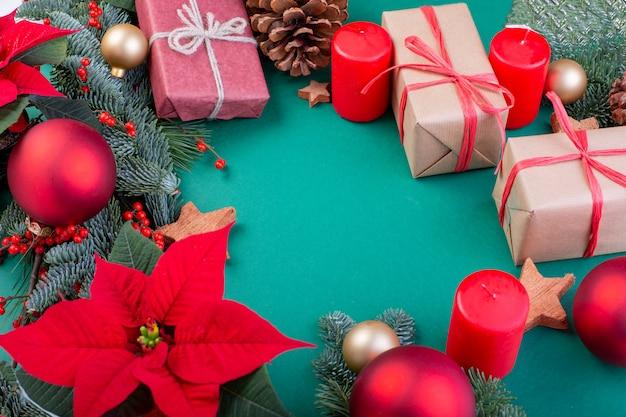 Kerst samenstelling. groene kerstversiering, spar takken met speelgoed geschenkdozen op groene achtergrond. plat lag, bovenaanzicht, kopie ruimte