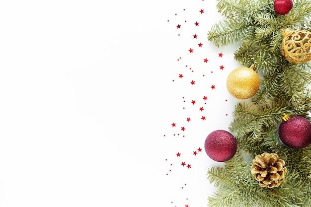 Kerst samenstelling. kerstballen, dennenappels, fir takken op wit oppervlak. plat leggen, bovenaanzicht, kopie ruimte, hierboven