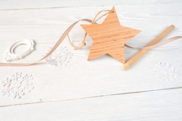 Kerst samenstelling. kerstcadeau ster en potlood