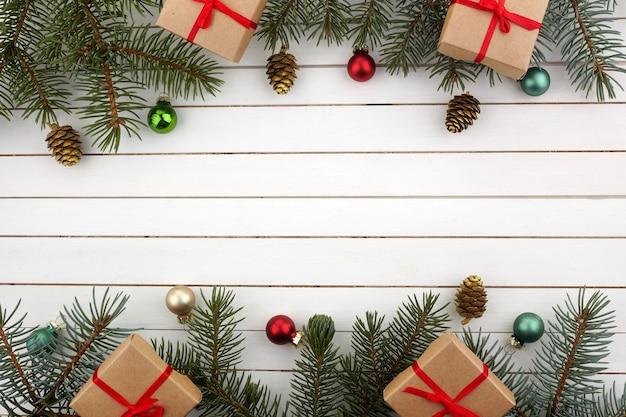 Kerst samenstelling. kerstcadeau, takken op witte achtergrond. plat leggen, bovenaanzicht, kopie ruimte