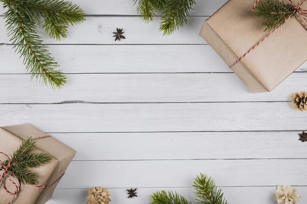 Kerst samenstelling. kerstcadeaus, takken van een kerstboom