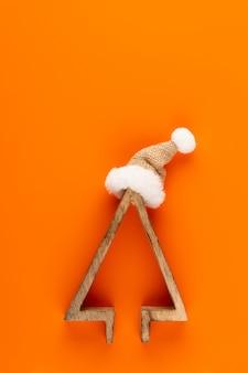 Kerst samenstelling. kerstversiering op oranje achtergrond. plat leggen, bovenaanzicht, kopie ruimte.