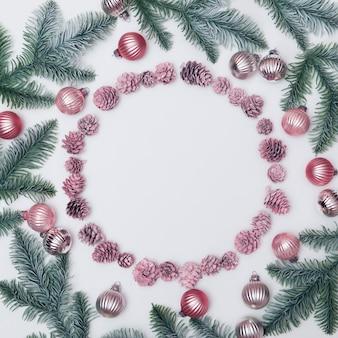 Kerst samenstelling kerstversiering op witte achtergrond ronde frame voor tekst plat lag bovenaanzicht kopie ruimte