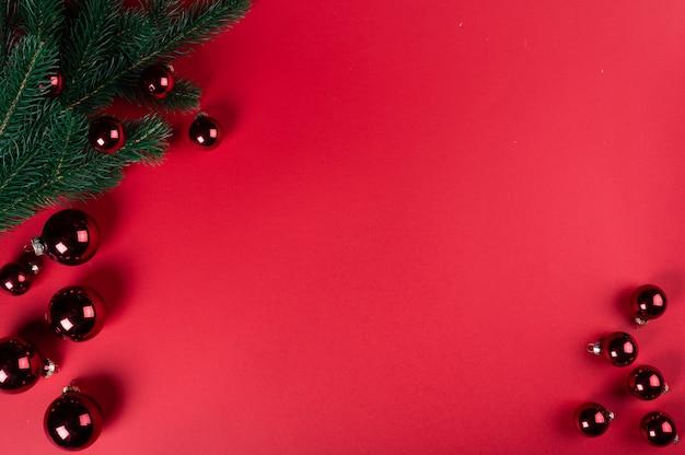 Kerst samenstelling. kerstversieringen, decortions van dennenbomen. bovenaanzicht, kopieer ruimte. kerst plat.