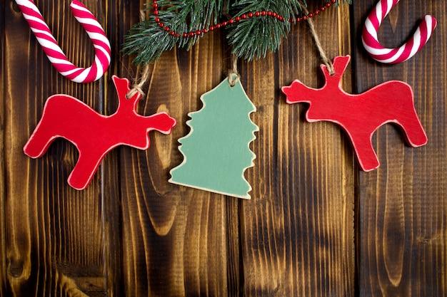 Kerst samenstelling met houten speelgoed op de bruin houten achtergrond. bovenaanzicht. kopieer ruimte.