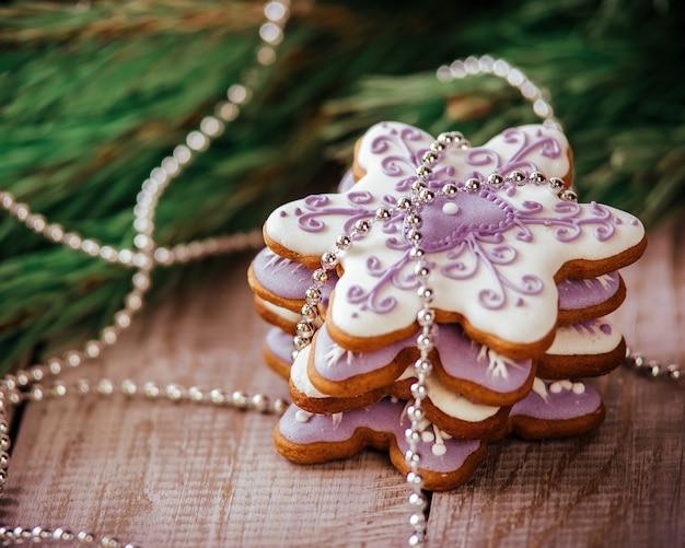 Kerst samenstelling peperkoek cookie, anijs en kaneel op houten tafel.