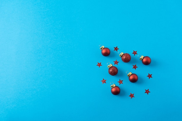 Kerst samenstelling rode kerstballen en sterren patronen op blauwe achtergrond banner