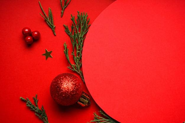 Kerst samenstelling. rode kerstversiering op rood, copyspace. plat leggen.