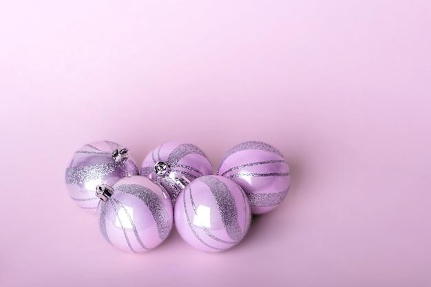 Kerst samenstelling. set roze kerstversieringen, glanzende ballen op pastel