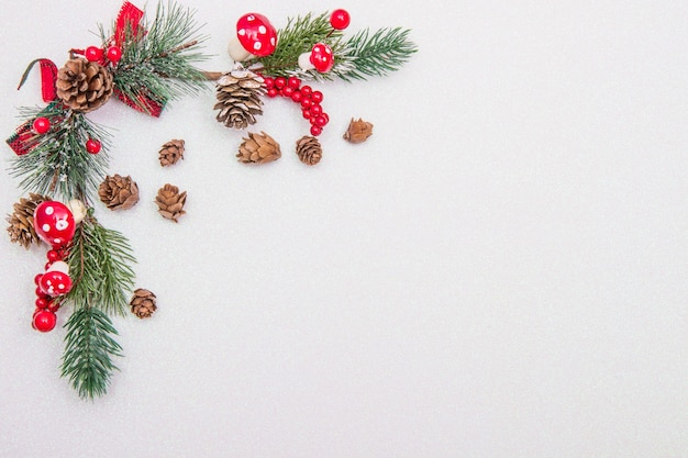Kerst samenstelling. spar boomtakken, rode decoraties op witte achtergrond.