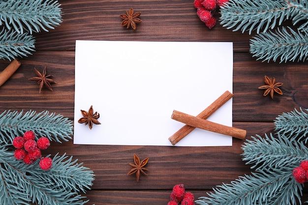 Kerst samenstelling. spartakken en bessen van viburnum op een bruine achtergrond