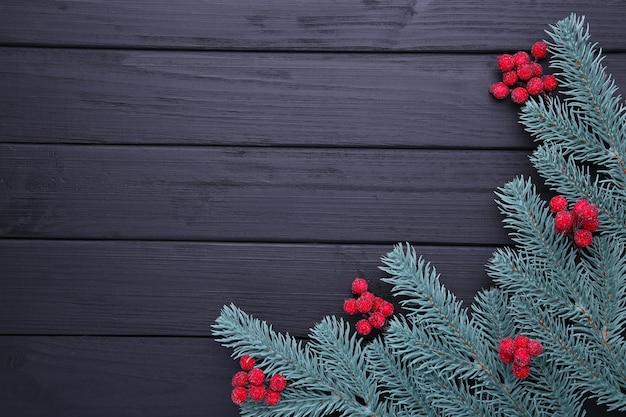 Kerst samenstelling. spartakken en bessen van viburnum op een zwarte achtergrond
