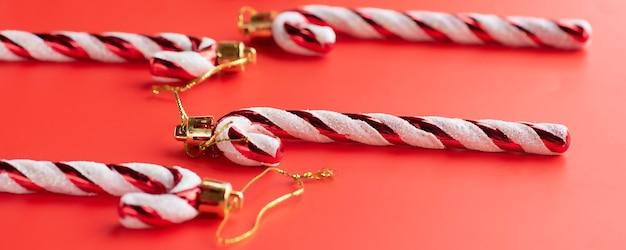 Kerst samenstelling van speelgoed op een kerstboom new year's ornament op een gekleurde achtergrond.