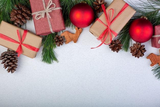 Kerst samenstelling. witte kerstversiering, spar takken met speelgoed geschenkdozen op witte achtergrond. plat lag, bovenaanzicht, kopie ruimte, wenskaart
