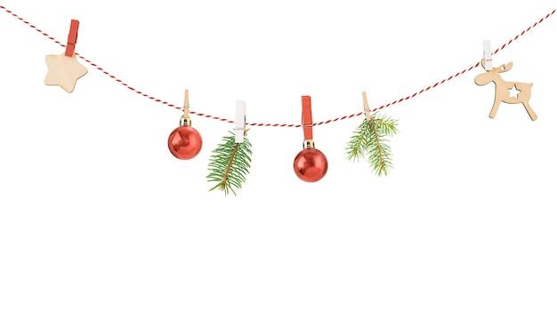 Kerst slinger geïsoleerd op witte achtergrond